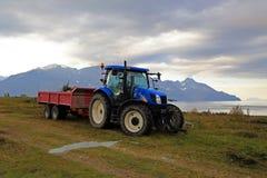 Blauer Traktor auf Natur Lizenzfreie Stockfotos