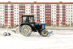 Blauer Traktor säubert Schnee Lizenzfreies Stockfoto