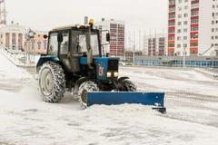 Blauer Traktor säubert Schnee Lizenzfreies Stockbild
