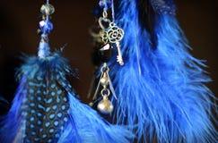 Blauer Traumfänger, der am dunklen Hintergrund mit Suspendierungsschlüssel und -herzen hängt Stockfotos