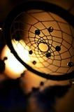 Blauer Traumfänger im Abendgedämpften licht Stockbild