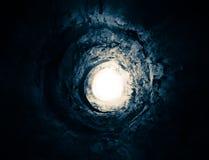 Blauer Tunnel zur Leuchte. Methode zu einer anderen Welt. Stockfotos