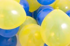 Blauer und gelber Ballon-Hintergrund Stockbilder