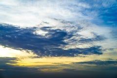 Blauer und goldener Himmel am Abend lizenzfreie stockfotos
