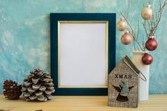 Blauer und goldener Rahmenspott oben, Weihnachten, neues Jahr, Kiefernkegel, bunter Flitter, Kerzenhalter mit Engelszahl Stockbild