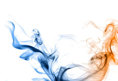 Blauer und orange Rauch auf einem weißen Hintergrund. Lizenzfreies Stockbild