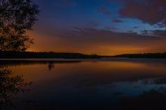 Blauer und orange Sonnenuntergang stockfotos
