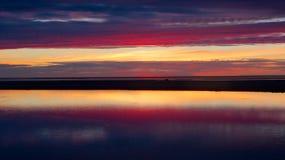 Blauer und roter Sonnenuntergang in Kalajoki Stockbild