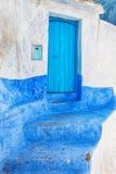 Blauer und weißer Eingang Stockbild