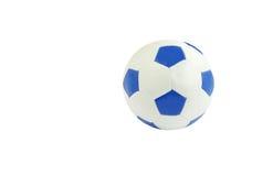 Blauer und weißer Fußball getrennt auf Weiß Stockfotografie