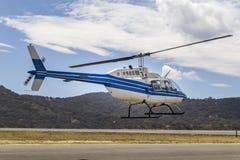 Blauer und weißer Hubschrauber Stockbilder