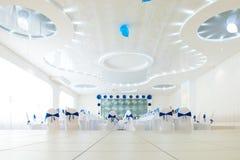 Blauer und weißer Innenraum des Restaurants stockfotografie