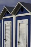 Blauer und weißer Kabinenstrand in Rimini, adriatisches Meer Lizenzfreie Stockbilder