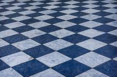 Blauer und weißer karierter Marmorboden Stockbild