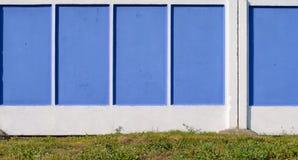 Blauer und weißer konkreter Zaun Lizenzfreies Stockbild