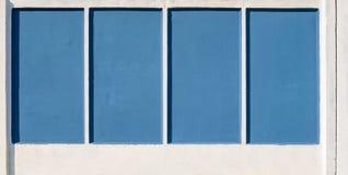 Blauer und weißer konkreter Zaun Lizenzfreie Stockfotos