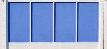 Blauer und weißer konkreter Zaun Lizenzfreie Stockbilder