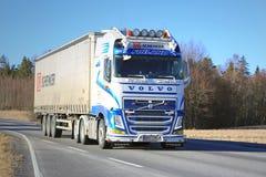 Blauer und weißer LKW-Transport Volvos FH halb am Frühling Stockbilder