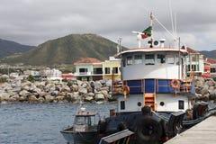 Blauer und weißer Schlepper am Dock in Str. Kitts Lizenzfreies Stockbild