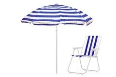 Blauer und weißer gestreifter Regenschirm- und Strandstuhl Stockbild