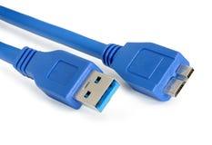 Blauer usb 3 0 Kabel mit Mikrob-Verbindungsstück lokalisiert auf Weißrückseite Stockbilder