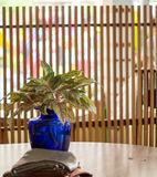 Blauer Vase auf dem Tisch Lizenzfreie Stockfotos