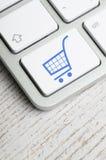 Blauer Verkaufs-Warenkorb-Schlüssel auf Tastatur Stockbilder