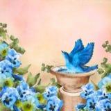 Blauer Vogel der Pastellzeichnung im Bad und im Stiefmütterchen blüht Stockfotografie