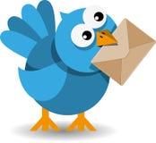 Blauer Vogel mit einem Papierumschlag Stockfotos