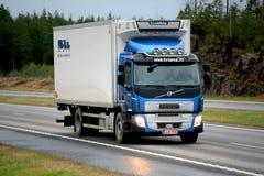 Blauer Volvo F.E.-Reffer-LKW auf Autobahn Stockfotografie