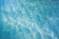 Blauer Wasserhintergrund des Seetageslichtfreien raumes Stockfoto
