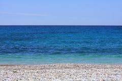 Blauer weißer Strandtag des Seeblauen Himmels Stockfoto