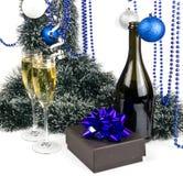 Blauer Weihnachtsaufbau mit Champagner auf Weiß Stockfotografie
