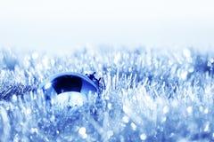 Blauer Weihnachtsball Stockfotografie