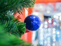 Blauer Weihnachtsball auf Weihnachtsbaum Stockbilder