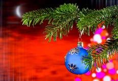 Blauer Weihnachtsball mit dem Weihnachtszweig Stockbild
