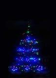 Blauer Weihnachtsbaum von Lichtern Stockfotos