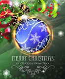 Blauer Weihnachtsflitter mit Tannenzweigen und Lametta Stockbilder