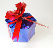 Blauer Weihnachtsgeschenkkasten Stockbild
