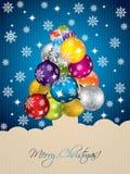 Blauer Weihnachtsgruß mit geformten Dekorationen des Baums Stockbild