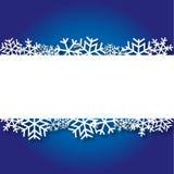 Blauer Weihnachtshintergrund mit Papierschneeflocken Stockbilder
