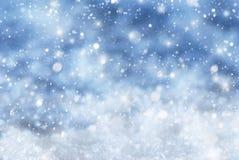 Blauer Weihnachtshintergrund mit Schnee, Snwoflakes, spielt die Hauptrolle Stockfotografie