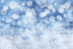 Blauer Weihnachtshintergrund mit Schnee und Bokeh Lizenzfreie Stockfotografie