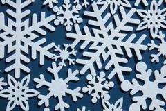 Blauer Weihnachtshintergrund mit Schneeflocken Lizenzfreies Stockbild