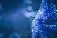 Blauer Weihnachtshintergrund mit Weihnachtsbaum und Weihnachtslichtern Lizenzfreie Stockfotografie