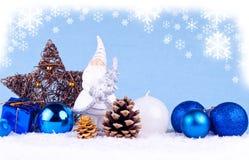 Blauer Weihnachtshintergrund mit Weihnachtsmann-Abbildung Stockfotografie