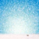 Blauer Weihnachtshintergrund und weißer Schnee Stockfotos