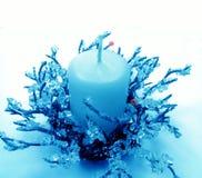 Blauer Weihnachtskerzenhalter lizenzfreie stockfotos