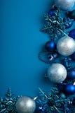 Blauer Weihnachtskugelrand Stockbild