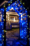 Blauer Weihnachtsleuchte-Torbogen mit Schneemann Lizenzfreies Stockbild